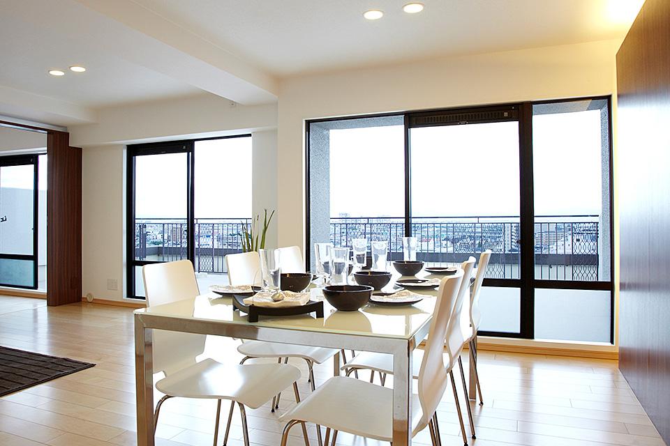 眺望×生活 開放感ある眺望を生かしたリビング/神戸市東灘区